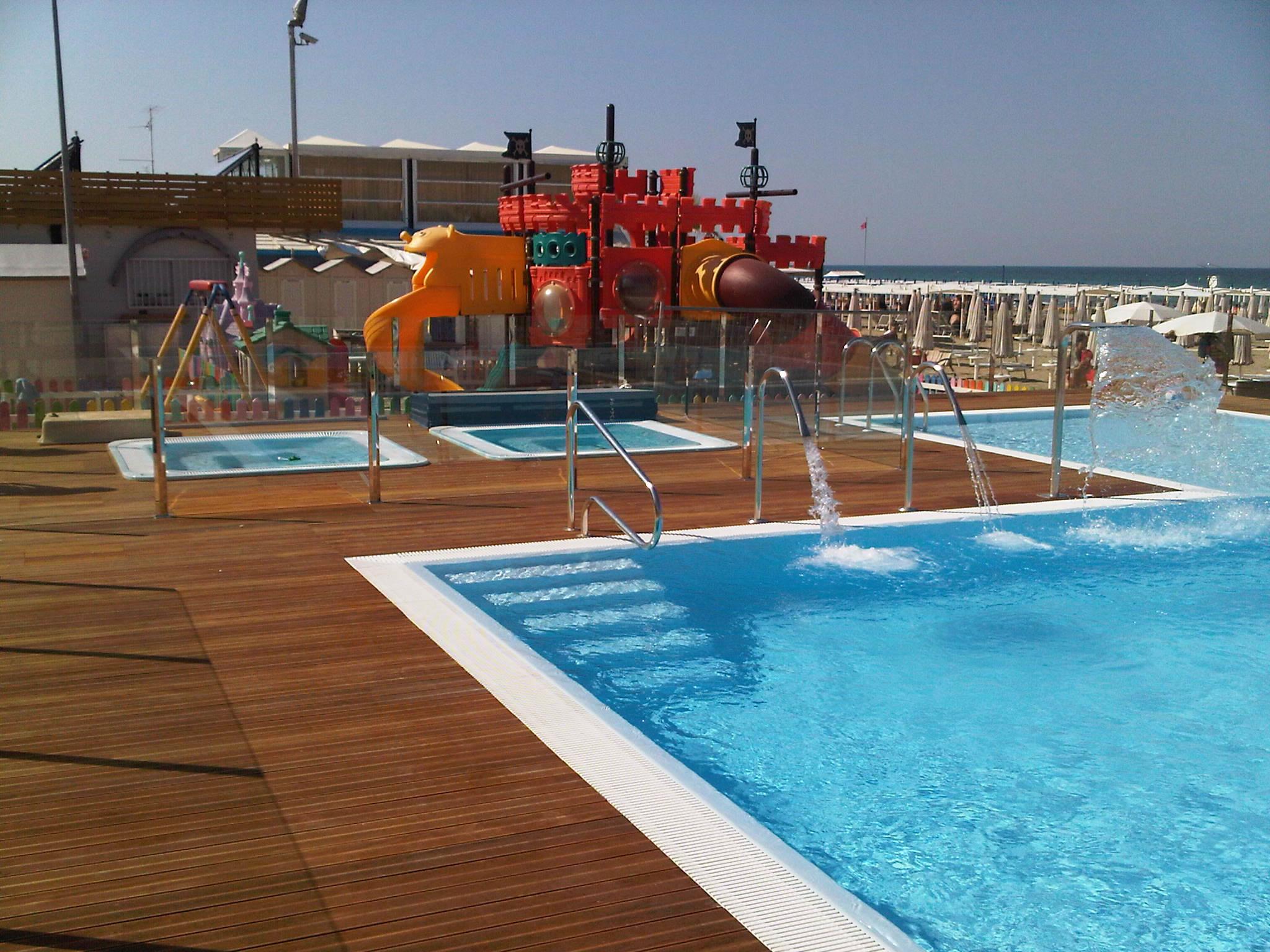Legno legno per piscine legno per bordi piscina legno for Bordo piscina legno